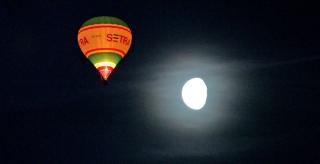 Noční hromadný start balónů